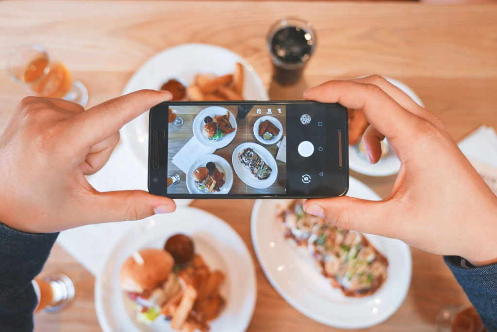 Taking a picture of food with a smartphone camera